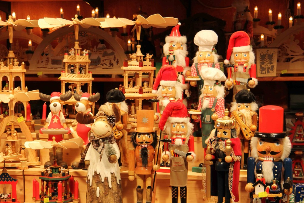holzarbeiten-nostalgischer-weihnachtsmarkt-am-berliner-opernpalais-de11346-raw