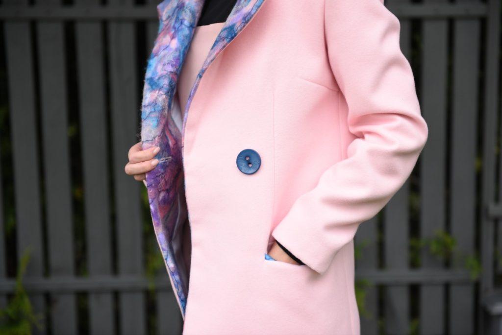 płaszcz z filcowanymi wstawkami